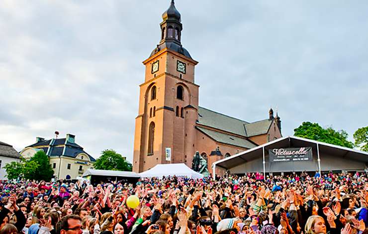 Crowds of people in central Falun during festivities.