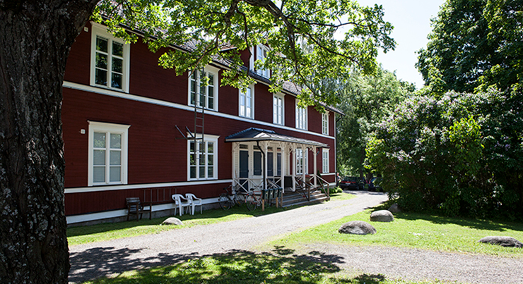 A red wooden house in a leafy garden, as an example of housing types in Ludvika.