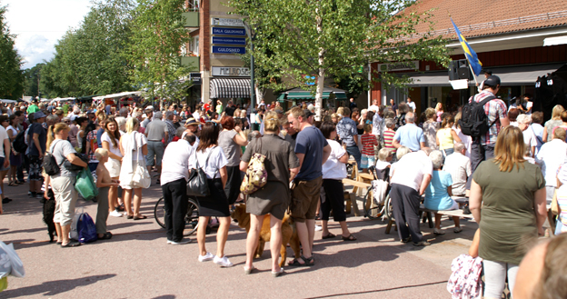 Tuesday fun in Rättvik, with market stalls, music and food.