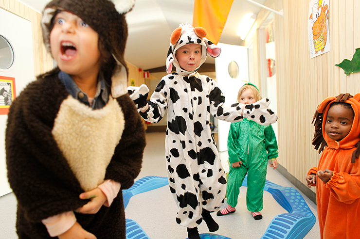 Four children dressed as different types of animals play at the Flygande Draken culture preschool. The children's outfits are of a bear, a cow, a frog and a lion.