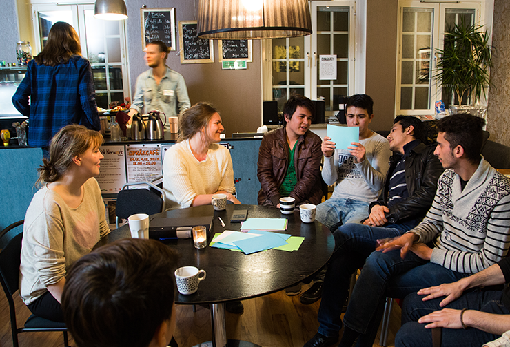 Young people in a café discussing Swedish society.