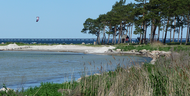 Talludden, a kite surfer, and the Öland Bridge in the background.