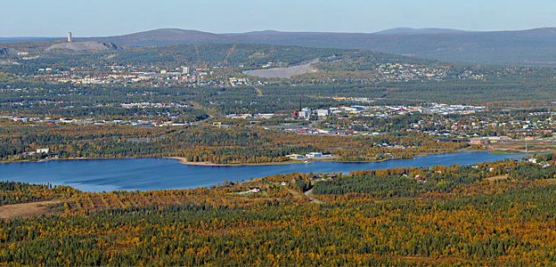 The locality of Gällivare seen from the air. It is located by Lake Vassraträsket. The mining town of Malmberget can be seen in the background.