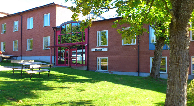 The Hjernet upper secondary school in Nora. A two-storey building of red brick.