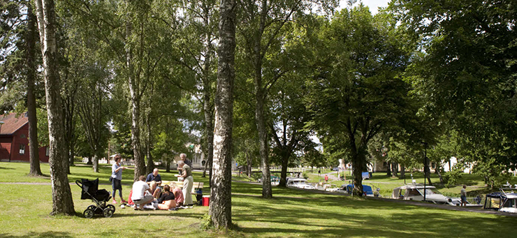A group of people have got together for a picnic by Göta Canal.