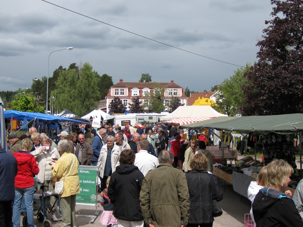 A market in Österbymo has attracted many visitors.