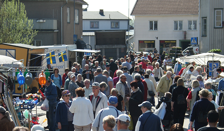 Nossebro market with crowds.
