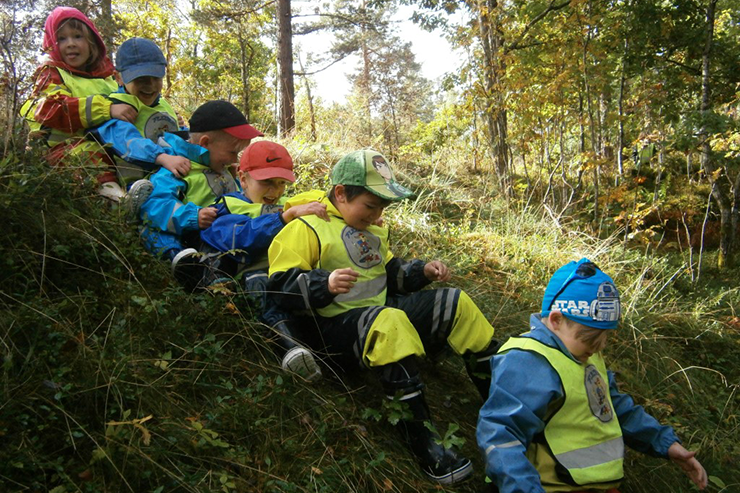 Preschool pupils playing in nature.