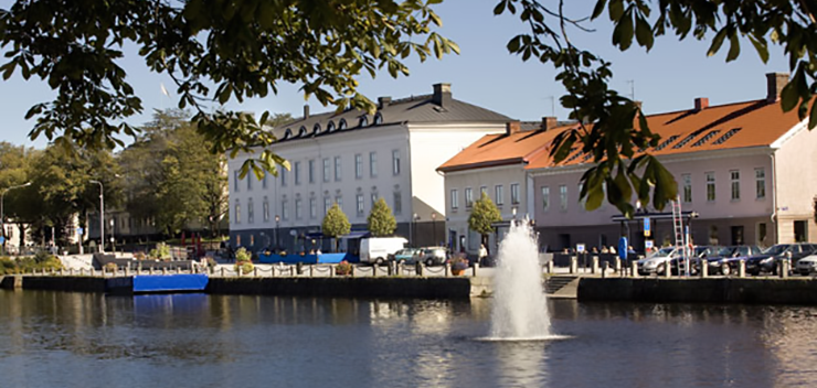 The canal, with a fountain in the foreground and Hamngatan in the background.