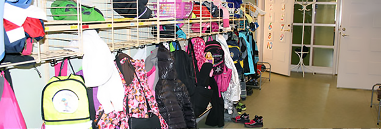A corridor with hangers for pupils' coats and jackets in one of the municipality's preschools.